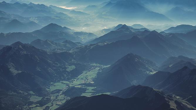 山に囲まれた地域の風景