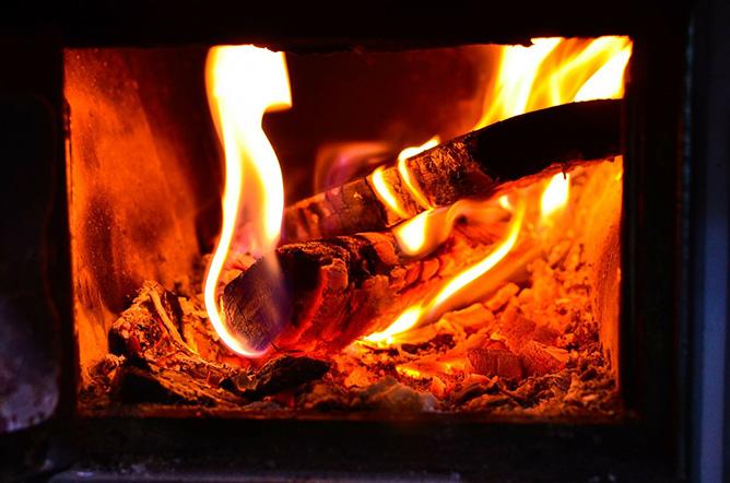 心を癒す薪ストーブの炎
